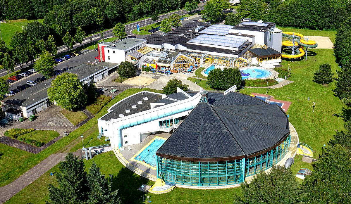 Auch Schwimmbäder sind aus der Perspektive einer Kamera-Drohne ein interessantes Motiv für Luftbilder.