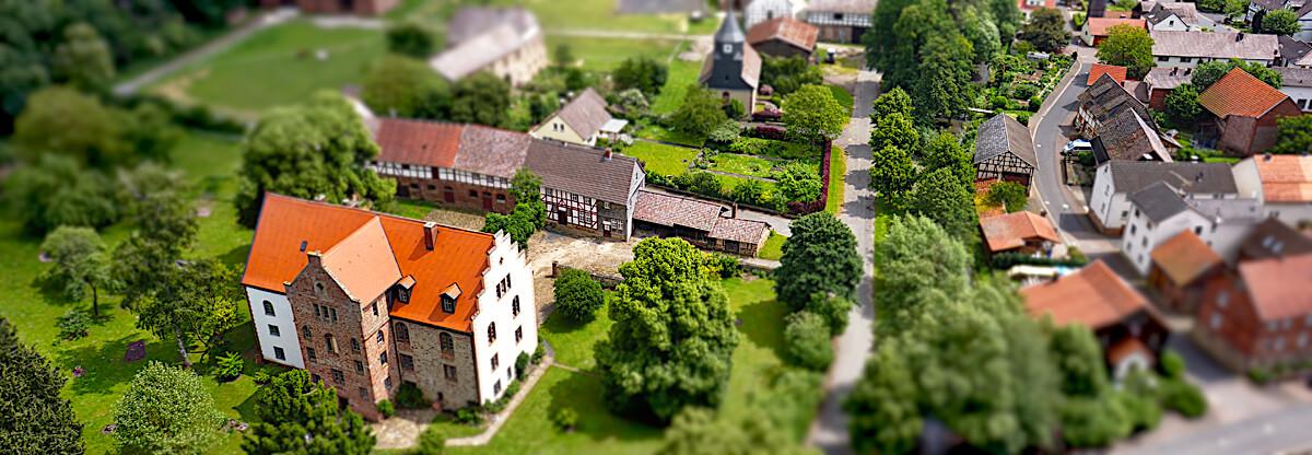 Der kleine Ort Neuental-Gilsa im Kellerwald macht auch im Luftbild mit Tilt-Shift-Effekt eine gute Figur.